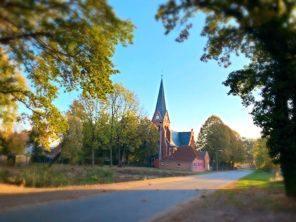 Muchow Kirche und Dorfteich Herbst 2018